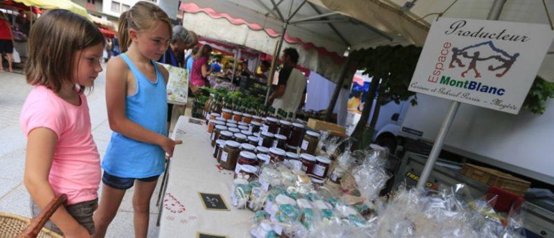 Chamonix market kids shopping 1336-otkids-458-854x367-credit m dalmasso