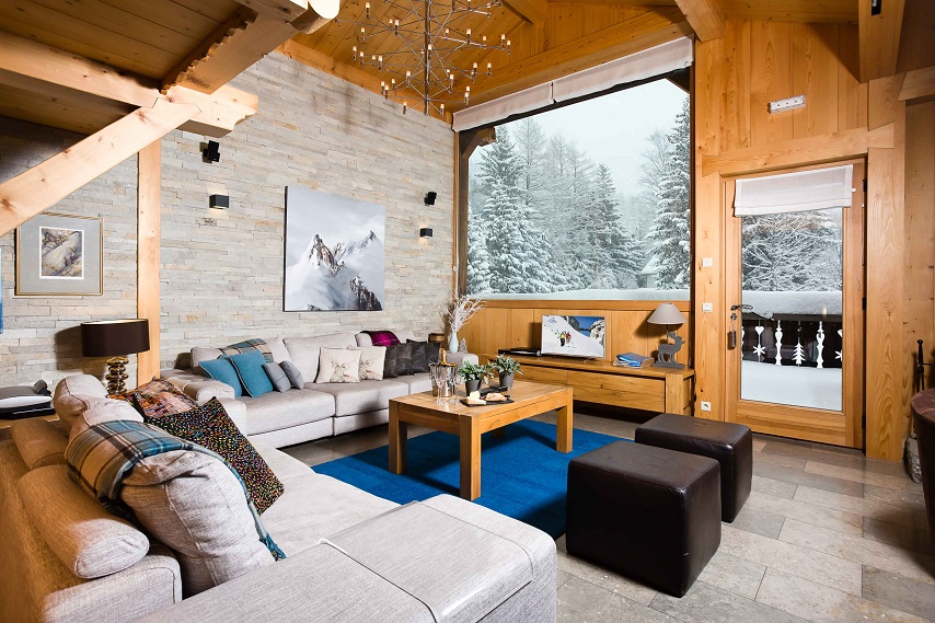 chalet-cerisier-living-room-snowy-window arnaque de chalet de ski
