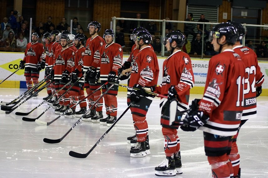 ice-hockey-chamonix-alexandre-juillet-club-des-pionniers-team-line-up-854x569