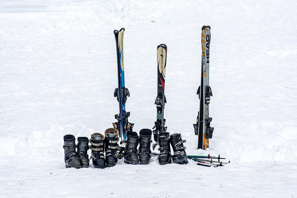family-unit-of-classic-piste-skis-and-boots Louer ou acheter du matériel de ski